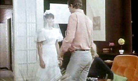 एक जवान लड़की, गोरा के शरीर बफ सेक्सी मूवी वीडियो पर एक पट्टा पर बैठे